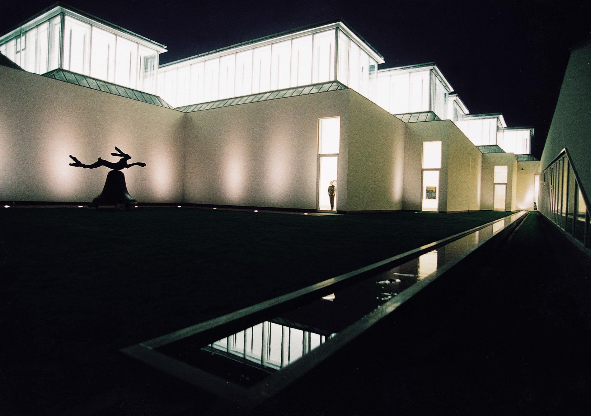 Essl Museum, Innenhof bei Nacht © 2000 by Ali Schafler