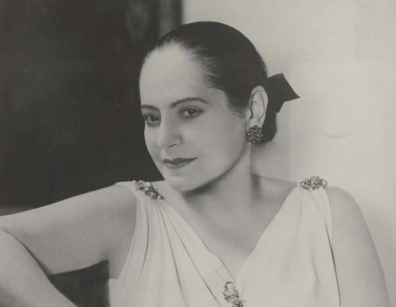Helena Rubinstein, Helena Rubinstein in Schiaprelli Kleid © Archiv_Archives Helena Rubinstein, Paris (1) Art On Screen - News - [AOS] Magazine